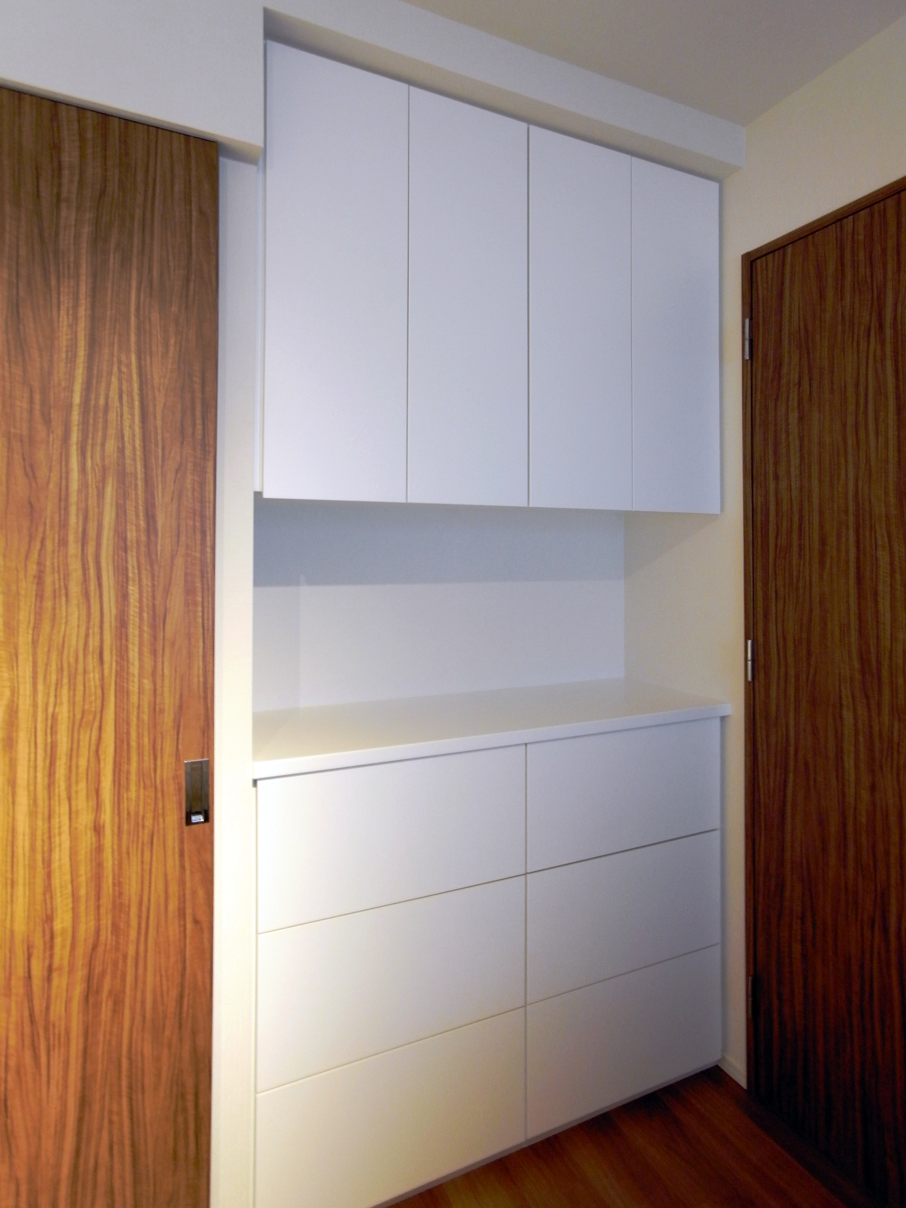【h032】寝室壁面収納